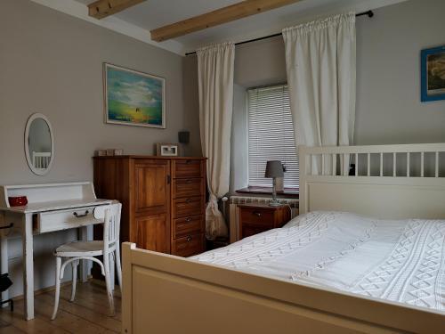 """Łóżko lub łóżka w pokoju w obiekcie Ranczo w Dolinie Karpia - blisko """"Energylandii"""" Zator"""