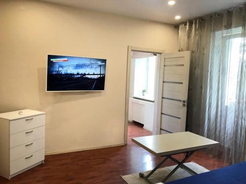 Телевизор и/или развлекательный центр в Two-room Apartment on Komsomolskiy prospekt 50