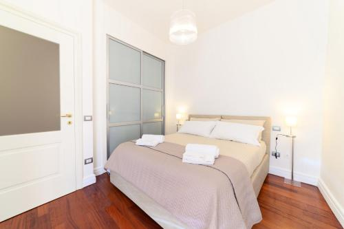 A bed or beds in a room at Glam House Apartment
