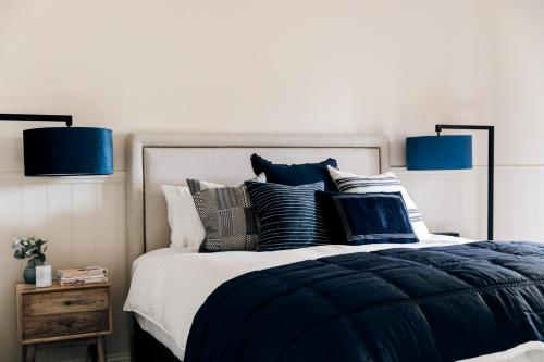 A bed or beds in a room at Luxury on Loch