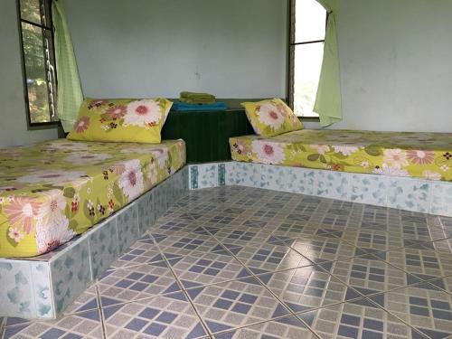 En eller flere senge i et værelse på Spicy Pai Backpackers