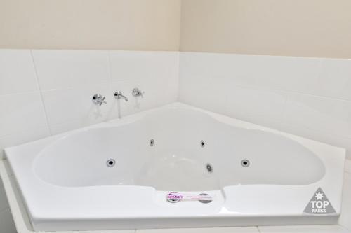 A bathroom at Jurien Bay Tourist Park