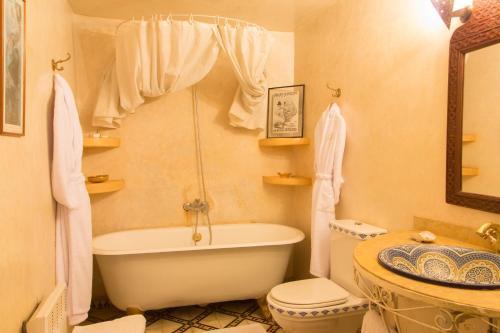 A bathroom at Dar El Kébira