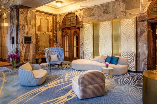 Ein Sitzbereich in der Unterkunft Fraser Suites Hamburg
