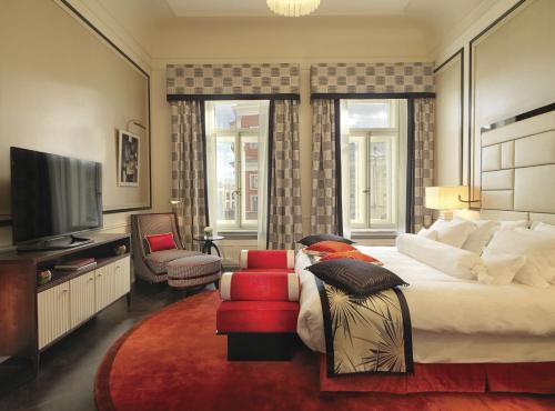 Uma TV ou centro de entretenimento em Grand Hotel Europe, A Belmond Hotel, St Petersburg