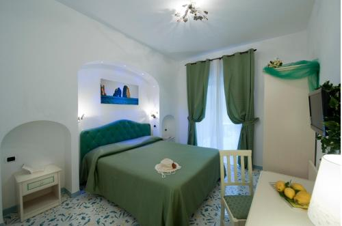 A bed or beds in a room at Hotel La Conchiglia