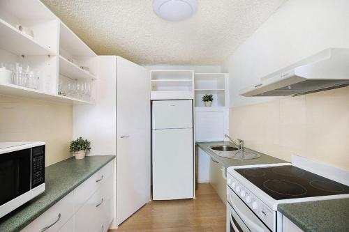 A kitchen or kitchenette at Edgecliffe Unit 7, 4 Bulcock Beach Esplanade Kings Beach