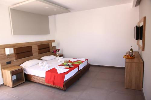A bed or beds in a room at Porto Plazza Hotel