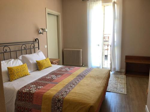 A bed or beds in a room at Hotel Antica Stallera