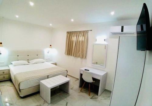 Ένα ή περισσότερα κρεβάτια σε δωμάτιο στο Limnionas Bay Village Hotel