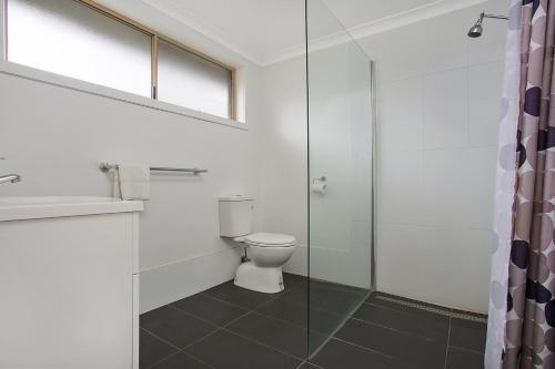 A bathroom at Gateway Motor Inn Warrnambool