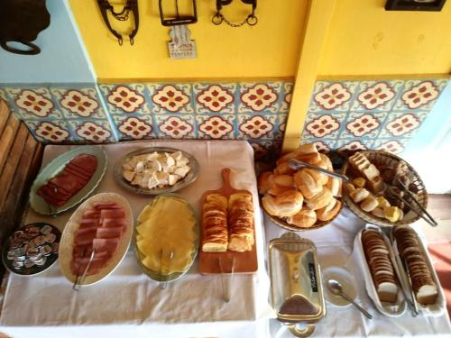 Breakfast options available to guests at Fazenda Paisagem Chalés