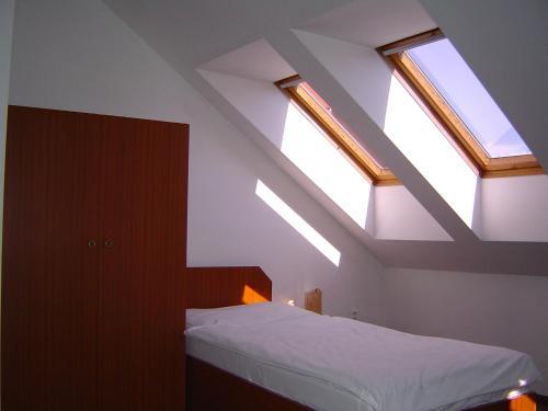 Ein Bett oder Betten in einem Zimmer der Unterkunft Hotel U Sládků