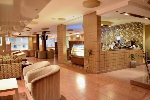 O saguão ou recepção de Qasr Al Ertiqaa Hotel Apartments