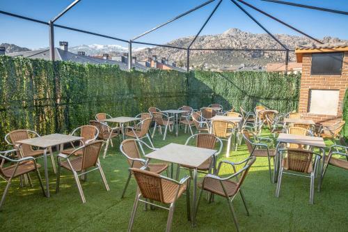 Un restaurante o sitio para comer en Hostel La Pedriza