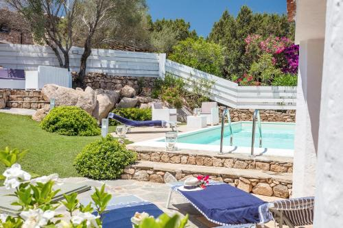 Piscina di Villa Cala Ginepro o nelle vicinanze