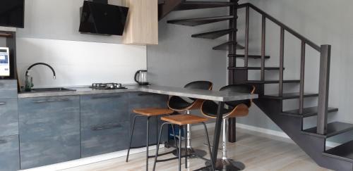 Кухня или мини-кухня в Apartments on Lazurniy