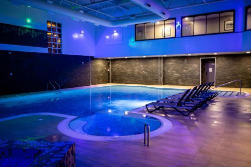 Der Swimmingpool an oder in der Nähe von Village Hotel Blackpool