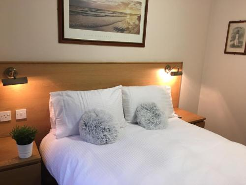 A bed or beds in a room at Terra Nova Hotel