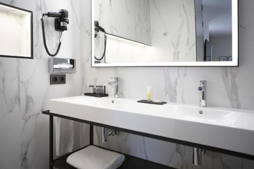 A bathroom at Riu Plaza España