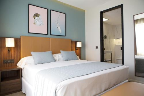 A bed or beds in a room at Riu Plaza España