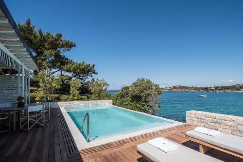 בריכת השחייה שנמצאת ב-Four Seasons Astir Palace Hotel Athens או באזור