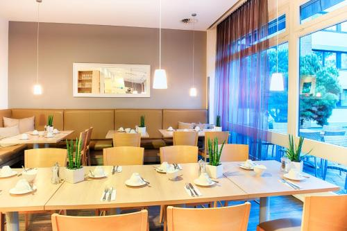 A restaurant or other place to eat at Select Hotel Mainz