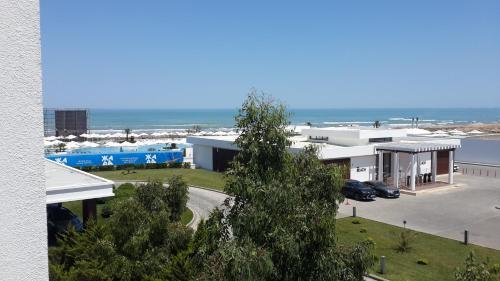 Uma vista da piscina em Sea Breeze Apartments ou nos arredores