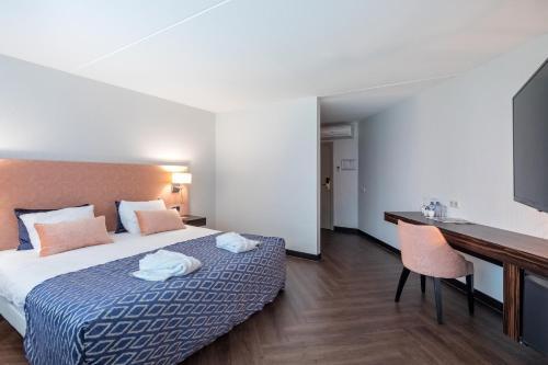 A bed or beds in a room at Van der Valk Hotel Wieringermeer