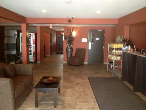The lobby or reception area at Western Star Inn & Suites Esterhazy