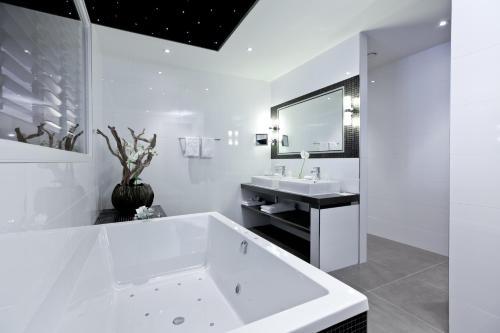 A bathroom at Hotel Thermen Bussloo - Apeldoorn