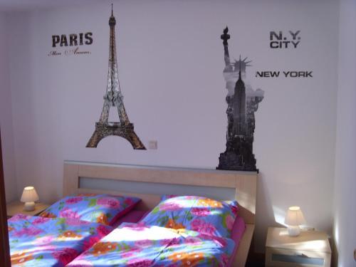 Ein Bett oder Betten in einem Zimmer der Unterkunft Ferienwohnung Ina - Garantiert EP Tickets für unsere Gäste