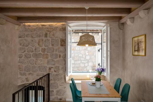 Reštaurácia alebo iné gastronomické zariadenie v ubytovaní OLD TOWN LEA