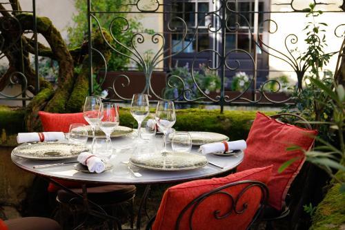 A restaurant or other place to eat at Logis de la Cadène