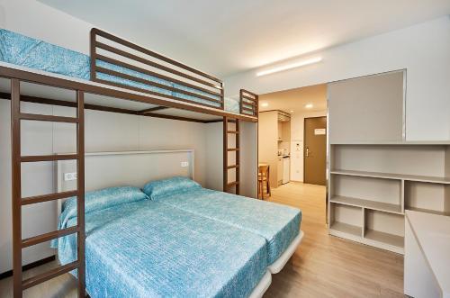 Een stapelbed of stapelbedden in een kamer bij Alberg Abat Oliba
