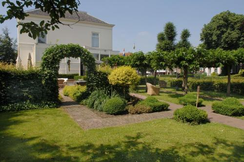 A garden outside Kaatjes Résidence