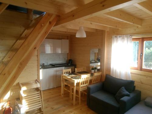 Kuchnia lub aneks kuchenny w obiekcie Nowe Domki Pod Lipami