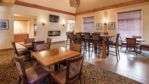 A restaurant or other place to eat at Best Western Golden Prairie Inn and Suites