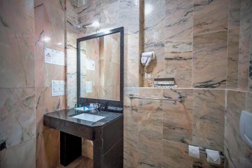 A bathroom at Hotel Maritur - Adults Only