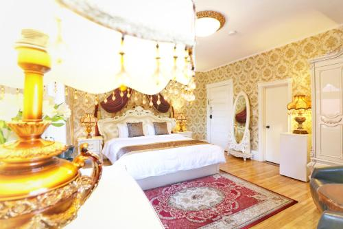 A bed or beds in a room at Prince inn