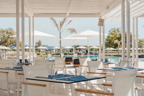 En restaurant eller et spisested på Gennadi Grand Resort
