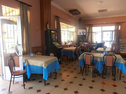 Un restaurante o sitio para comer en Hostal Restaurante Las Rejas