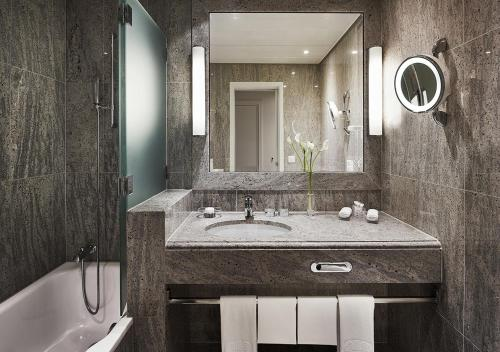 A bathroom at Savoy Baur en Ville