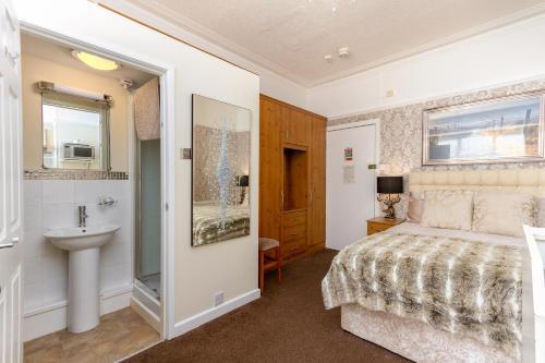 A bathroom at Beachcliffe Holiday Apartments