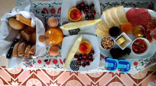 Breakfast options available to guests at B&B Casa Encantada