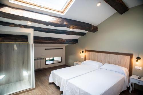 Una cama o camas en una habitación de Hotel portico