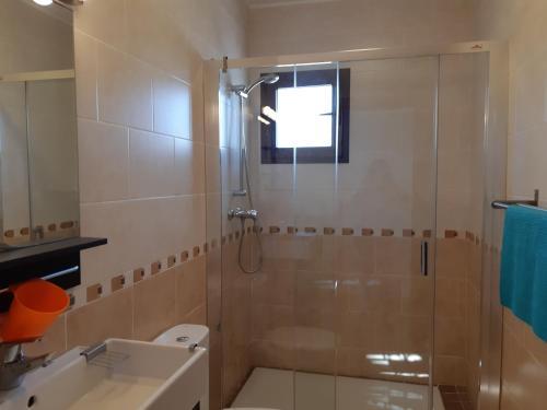 Ett badrum på El Capistrano Nerja Guy P. Way