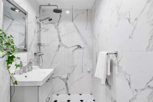 A bathroom at Apartaments Karlikowska Lux