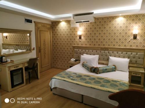 Кровать или кровати в номере Apple Tree Hotel