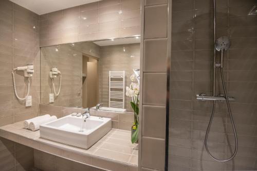 A bathroom at Mercure Brignoles Golf de Barbaroux & Spa